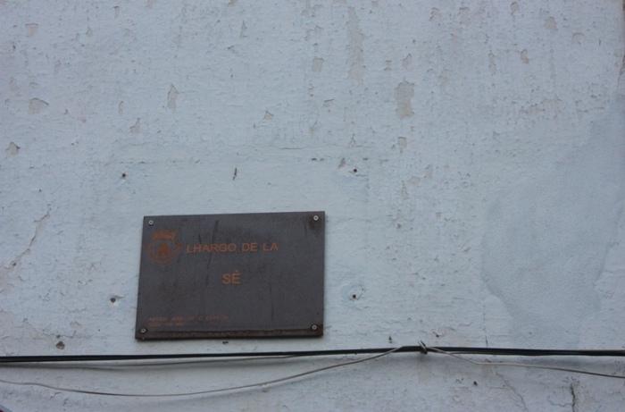 Placa con el nombre de la vía en mirandés. Lhargo de la Sé. LeleSorribas2013