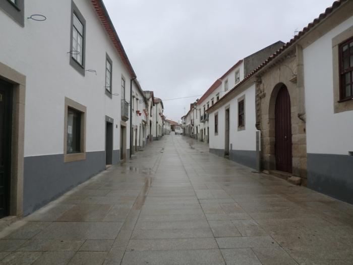 Una calle desierta y mojada de Miranda do Douro al atardecer, cuando el comercio ha cerrado y el silencio comienza a devorarlo todo. LeleSorribas2013