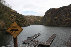 La señal de advertencia es un guiño al visitante para llevarse una foto simpática. Arribes del Duero. Miranda do Douro. LeleSorribas2013