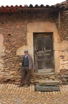 Transmontano en la puerta de su casa. LeleSorribas2013