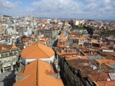 Vista sobre el tejado de la Iglesia de los Clérigos. Se alcanza a ver la Avenida da Liberdade y la rua 31 de Janeiro a continuación. LeleSorribas2014
